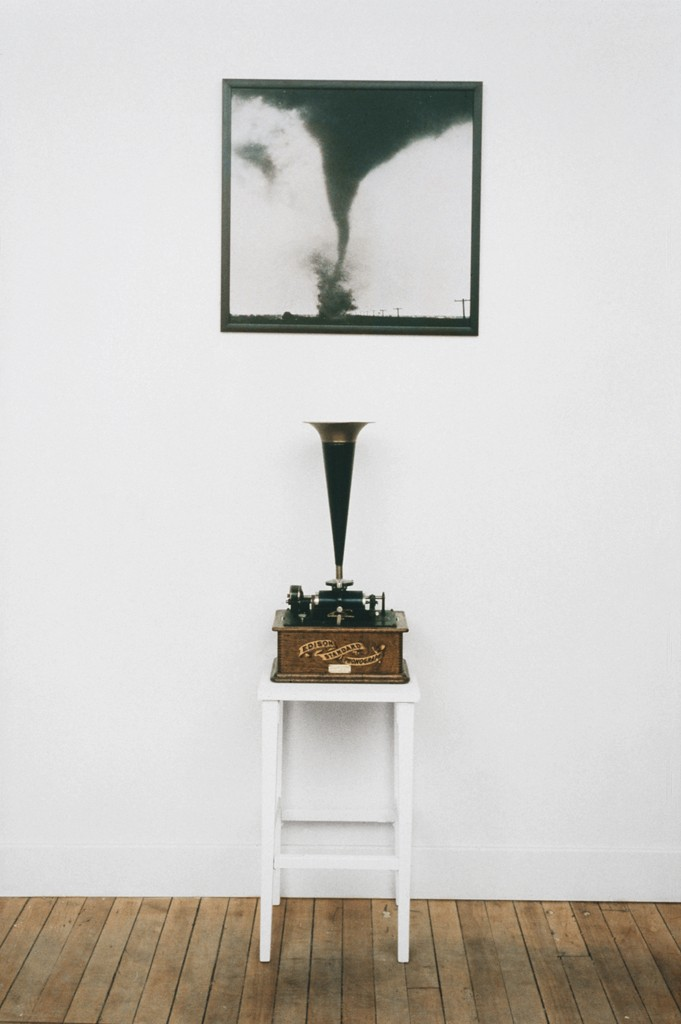 Raymond Gervais, Dans le cylindre, 1994. Photographie, phonographe à cylindre et table/Photograph, cylinder phonograph and table. Achat pour la collection Prêt d'œuvres d'art en 1998, transfert à la collection permanente du Musée national des beaux-arts du Québec/Purchased for the Prêt d'œuvres d'art collection, 1998; transferred to the permanent collection, Musée national des beaux-arts du Québec. Photo: Jean-Jacques Ringuette.
